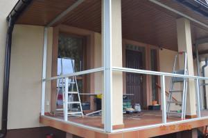 Zabudowa balkonu w mieszkaniu na parterze.